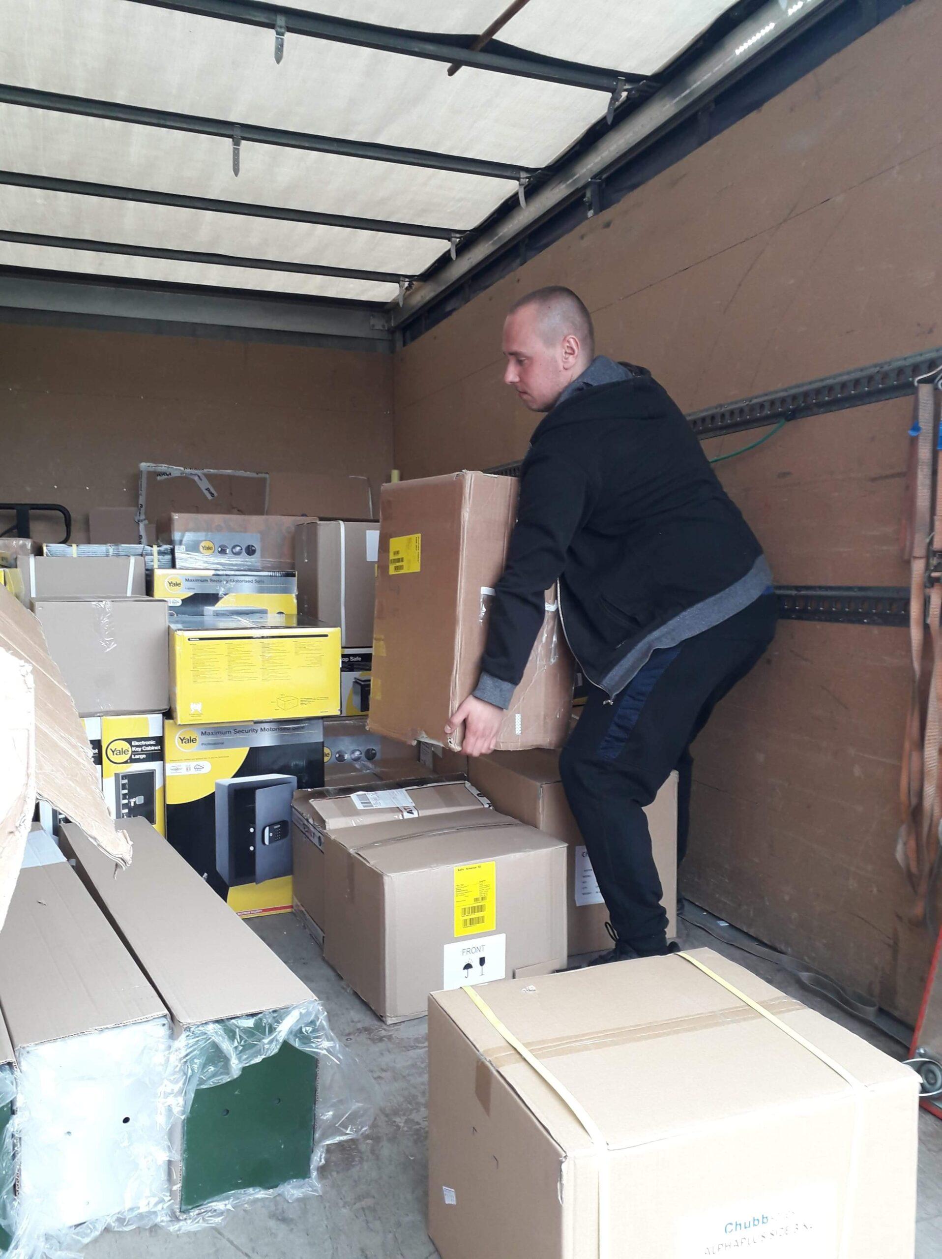 Transport i montaż mebli - Gdańsk - przenoszenie kartonów